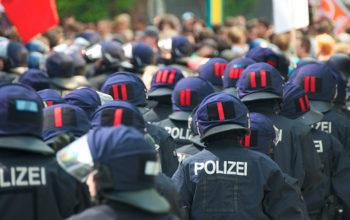 Polizeiaufmarsch von hinten