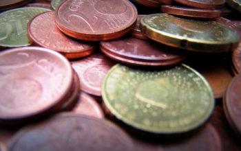 mehrere Eurocent-Münzen liegen aufeinander