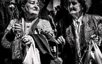 zwei alte Damen mit Einkaufstaschen