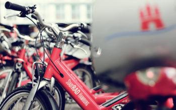 Nahaufnahme eines Fahrrads aus der StadtRad-Hamburg-Flotte, im Hintergrund unscharf weitere Räder
