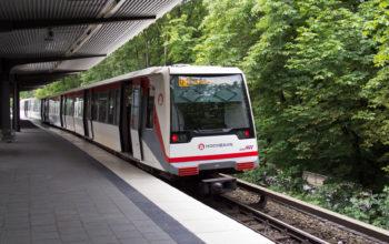 U-Bahn der Linie U1 fährt in eine Haltestelle ein