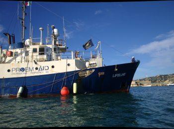 Das Blaue Schiff Lifeline liegt im Hafen