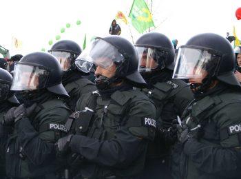 mehre uniformierte Polizisten im Profil