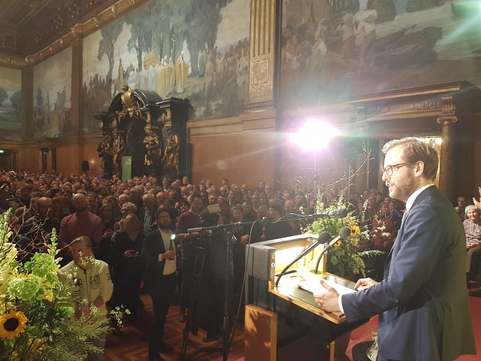Anjes Tjarks hält eine Rede im Großen Festsaal des Hamburger Rathauses