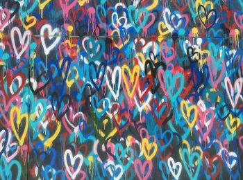 Graffiti-Wand mit vielen bunten Herzen