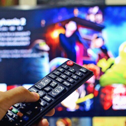Auf einen Fernseher gerichtete Fernbedienung